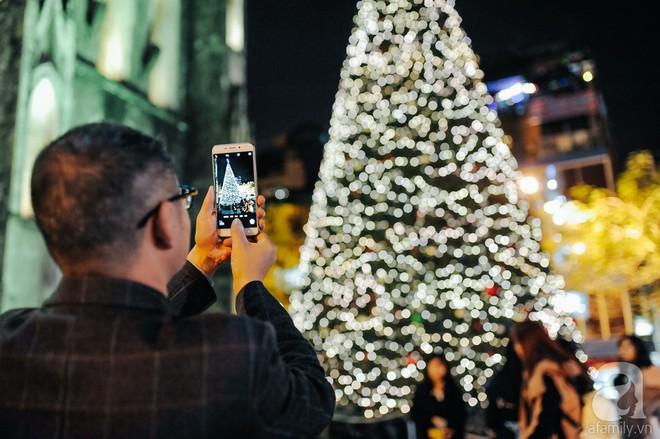 Ngắm các thiên thần nhí nghịch tuyết rơi, đón Noel sớm cùng bố mẹ trong ngày Hà Nội lạnh tái tê - ảnh 25