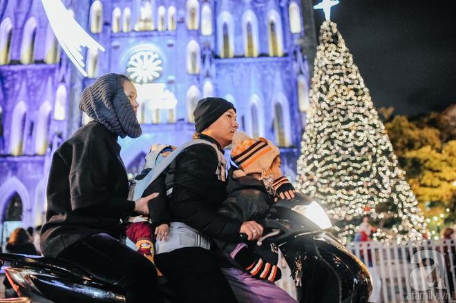 Ngắm các thiên thần nhí nghịch tuyết rơi, đón Noel sớm cùng bố mẹ trong ngày Hà Nội lạnh tái tê - ảnh 21