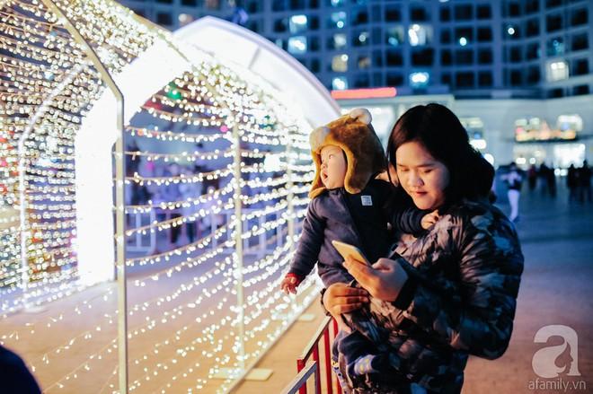 Ngắm các thiên thần nhí nghịch tuyết rơi, đón Noel sớm cùng bố mẹ trong ngày Hà Nội lạnh tái tê - ảnh 23