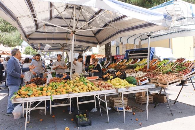 Trải nghiệm của cô gái Việt trên đất Ý: đi chợ nông dân mua rau quả, được khuyến mại niềm vui - Ảnh 2.