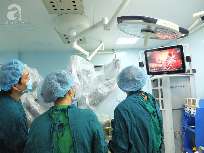 Lần đầu tiên tại Việt Nam, một bệnh nhân ung thư gan được phẫu thuật bằng robot - Ảnh 1.