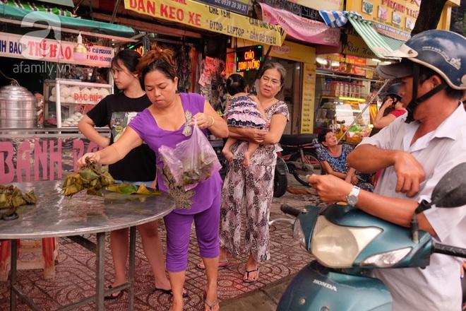 Xóm làm bánh ú tro nức tiếng Sài Gòn gói cả ngày, nấu cả đêm dịp Tết Đoan Ngọ - Ảnh 9.