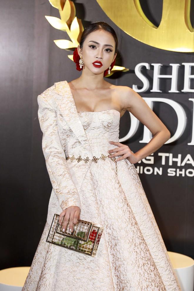 Hoa hậu đại dương Ngân Anh cùng dàn mỹ nhân thiêu đốt thảm đỏ show thời trang của Chung Thanh Phong - Ảnh 11.