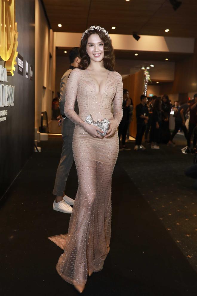 Hoa hậu đại dương Ngân Anh cùng dàn mỹ nhân thiêu đốt thảm đỏ show thời trang của Chung Thanh Phong - Ảnh 2.