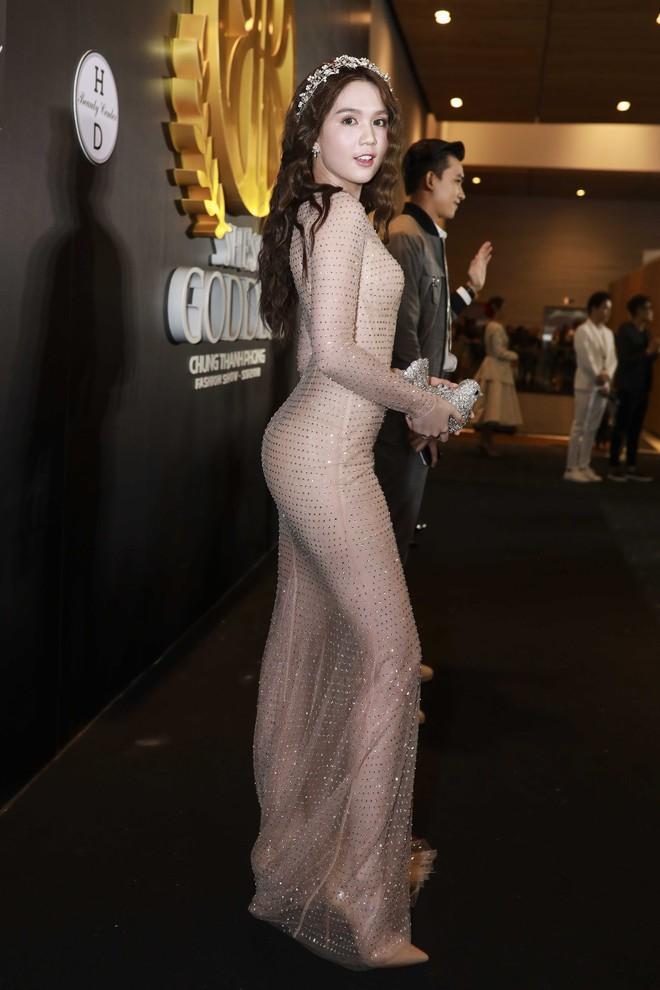 Hoa hậu đại dương Ngân Anh cùng dàn mỹ nhân thiêu đốt thảm đỏ show thời trang của Chung Thanh Phong - Ảnh 3.
