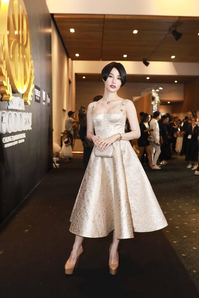 Hoa hậu đại dương Ngân Anh cùng dàn mỹ nhân thiêu đốt thảm đỏ show thời trang của Chung Thanh Phong - Ảnh 12.