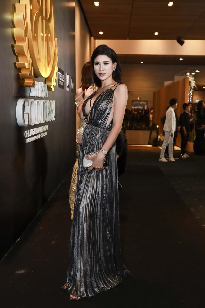 Hoa hậu đại dương Ngân Anh cùng dàn mỹ nhân thiêu đốt thảm đỏ show thời trang của Chung Thanh Phong - Ảnh 13.
