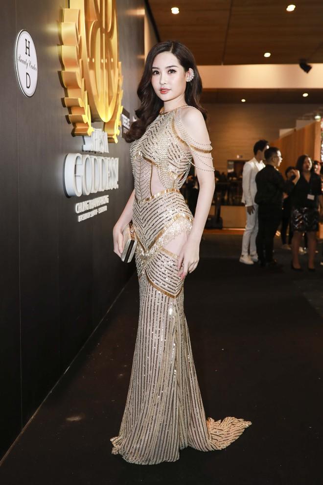 Hoa hậu đại dương Ngân Anh cùng dàn mỹ nhân thiêu đốt thảm đỏ show thời trang của Chung Thanh Phong - Ảnh 4.