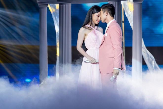 Thua chị gái hoa dâm bụt Hoà Minzy nhưng Erik nhận được mưa lời khen vì kết hợp quá ngọt cùng Hoa hậu  - Ảnh 11.