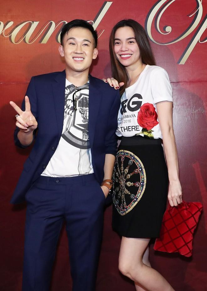Sau khi bị fan cuồng nữ hôn lên ngực, Hồ Ngọc Hà tươi tắn xuất hiện bên Dương Triệu Vũ - Ảnh 1.