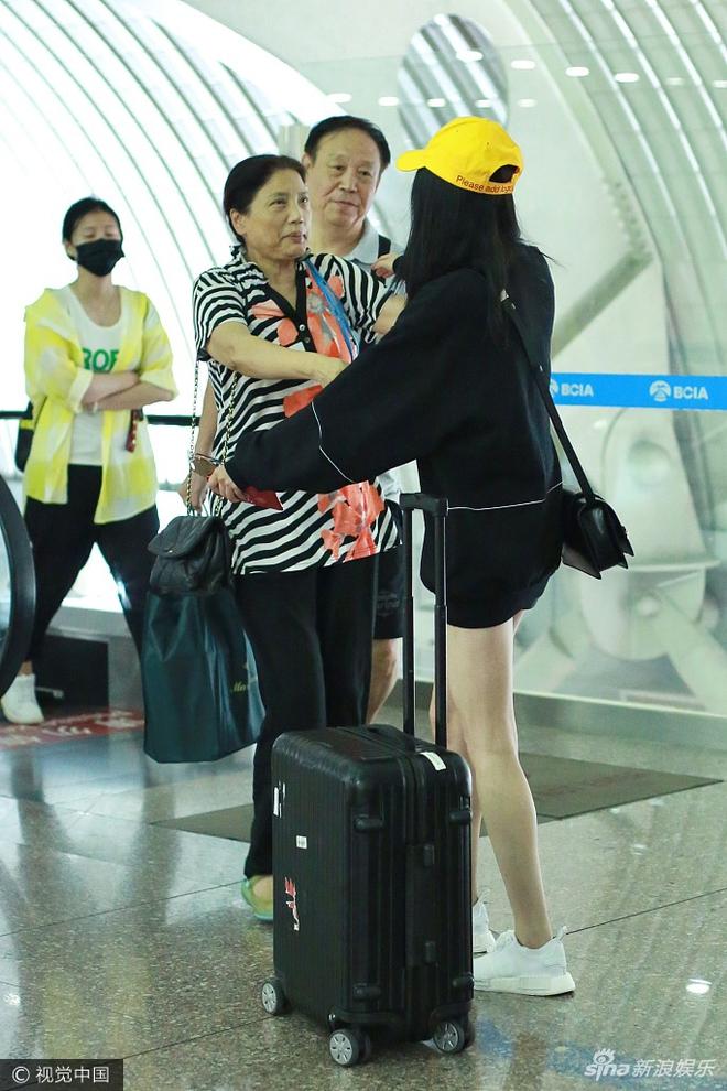 Dương Mịch khoe hình ảnh trẻ như sinh viên khi gặp lại thầy cô - Ảnh 2.