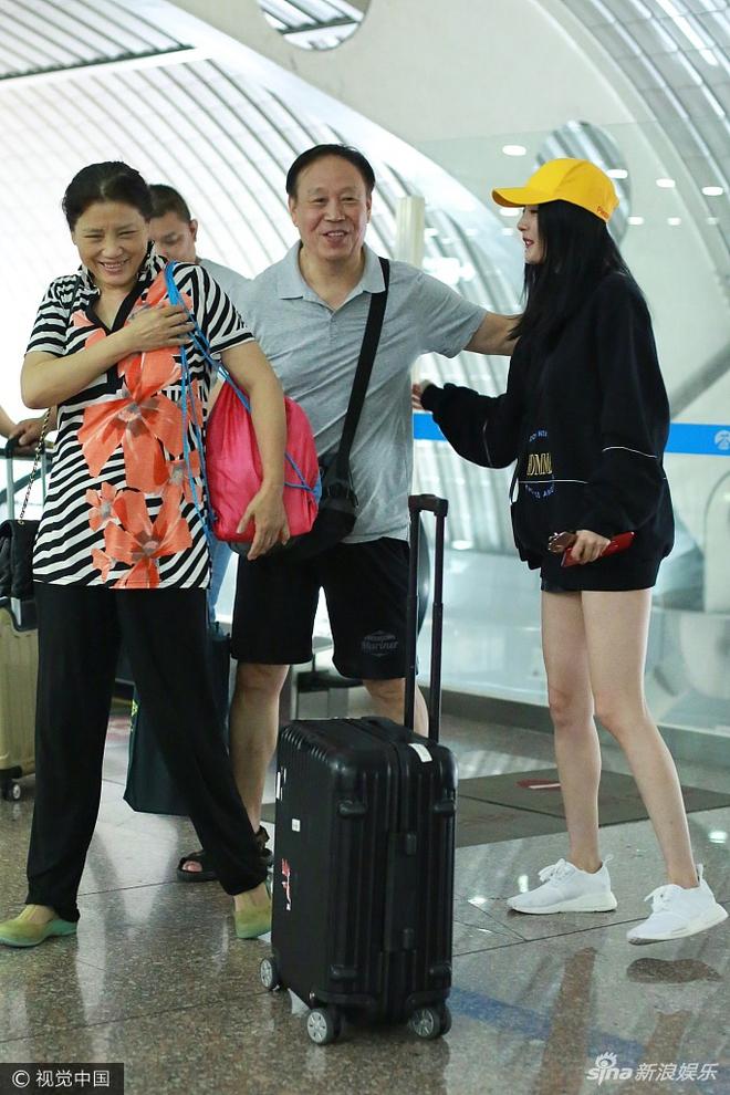 Dương Mịch khoe hình ảnh trẻ như sinh viên khi gặp lại thầy cô - Ảnh 3.