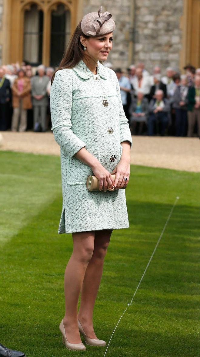 Bầu bí là thế nhưng Công nương Kate vẫn khư khư thói quen đi giày cao gót - Ảnh 4.