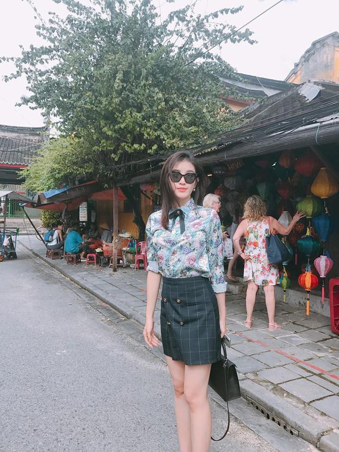 Thu Thủy khoe street style trẻ trung, Kỳ Duyên khác lạ với đôi chân nhìn như dài cả mét - Ảnh 12.