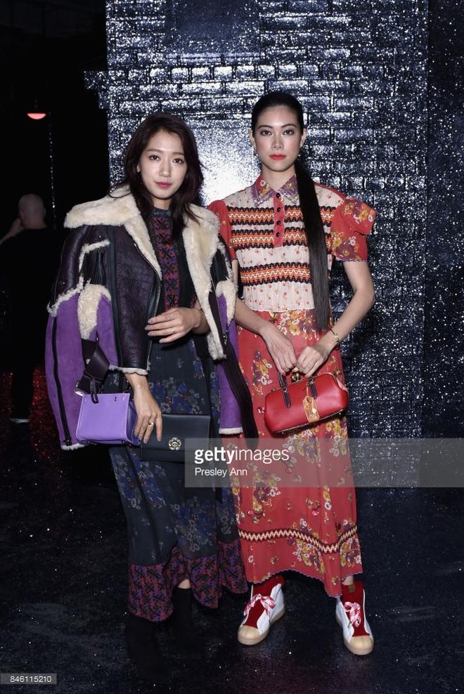 Jessica diện áo trắng quần đen đơn giản nhưng vẫn nổi bật tại Tuần lễ thời trang New York  - Ảnh 9.