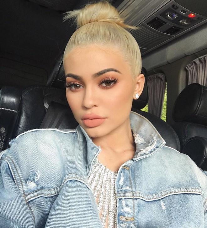 Cả showbiz Việt bây giờ toàn chạy theo phong cách trang điểm mắt đậm môi tều giống Kylie Jenner - Ảnh 1.