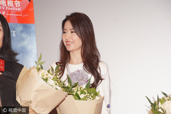 Lưu Diệc Phi diện váy trắng đơn giản, vô tình để lộ mặt kém thon gọn - Ảnh 5.