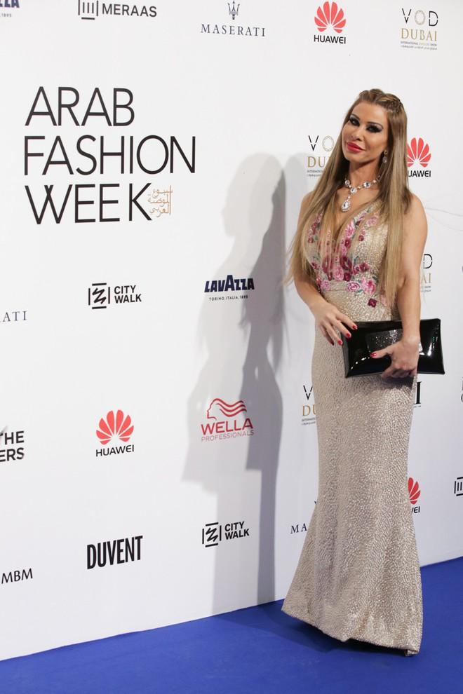 Phạm Hương và Minh Hằng đẹp bất phân thắng bại trên thảm đỏ Arab Fashion Week - Ảnh 8.