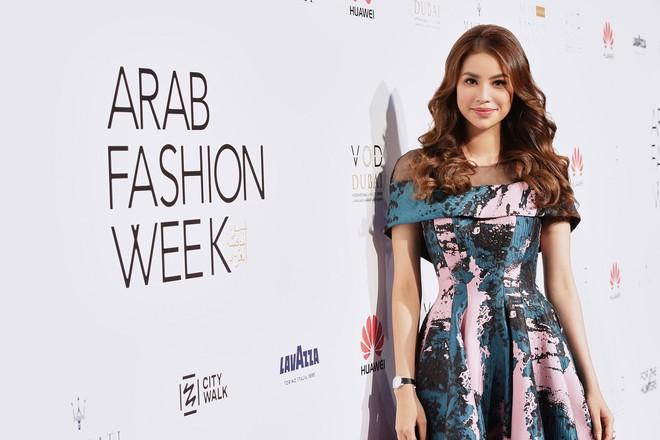 Phạm Hương và Minh Hằng đẹp bất phân thắng bại trên thảm đỏ Arab Fashion Week - Ảnh 2.