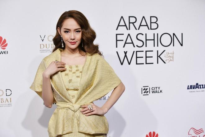 Phạm Hương và Minh Hằng đẹp bất phân thắng bại trên thảm đỏ Arab Fashion Week - Ảnh 4.