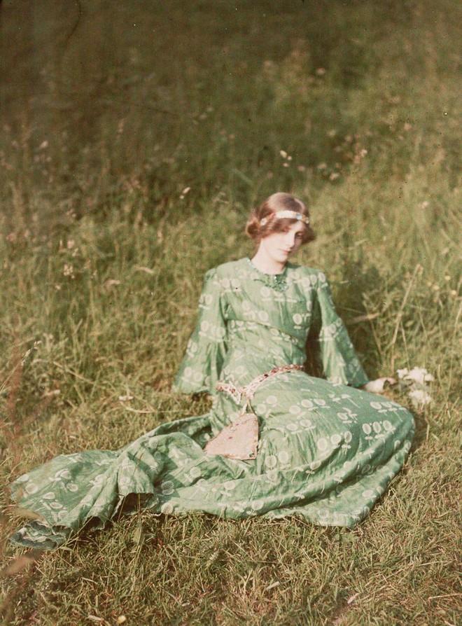 Ngắm vẻ ngọt ngào, lãng mạn của phụ nữ thế kỷ trước qua những bức ảnh màu tuyệt đẹp - Ảnh 5.