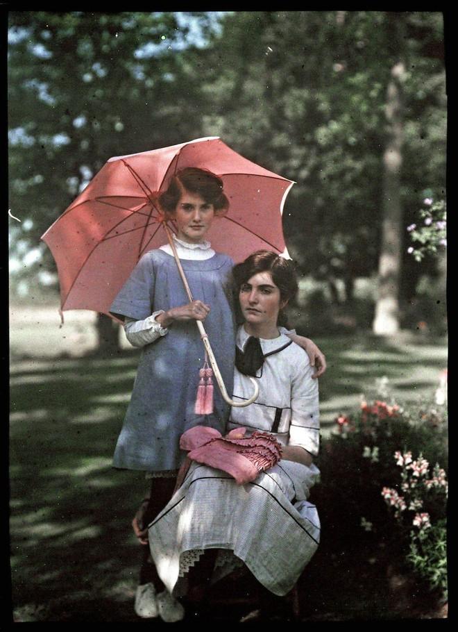 Ngắm vẻ ngọt ngào, lãng mạn của phụ nữ thế kỷ trước qua những bức ảnh màu tuyệt đẹp - Ảnh 19.