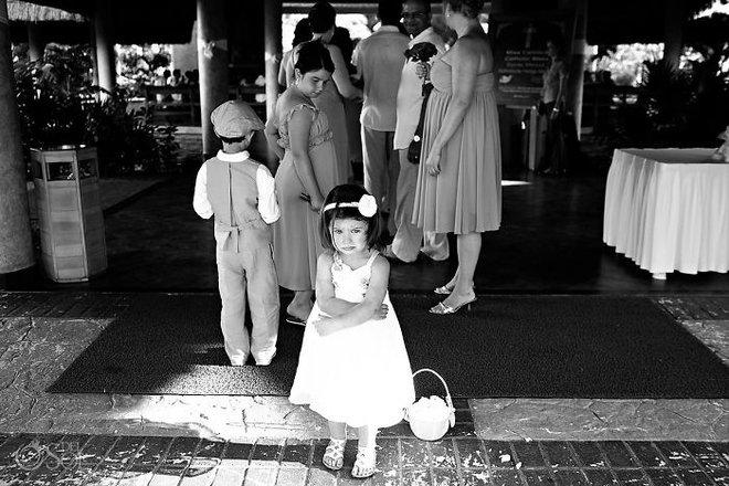 Khi người lớn cứ hào hứng như được mùa, những em bé này lại cảm thấy đám cưới như là một thảm họa vậy - Ảnh 1.