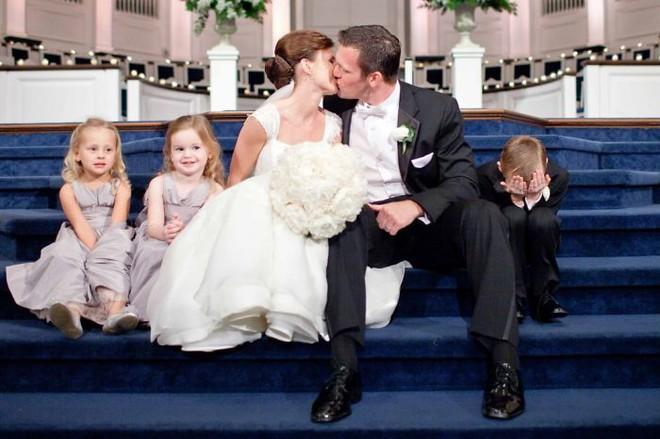 Khi người lớn cứ hào hứng như được mùa, những em bé này lại cảm thấy đám cưới như là một thảm họa vậy - Ảnh 2.