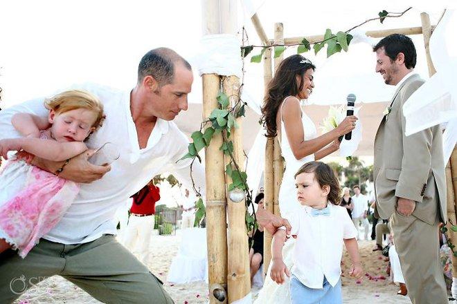 Khi người lớn cứ hào hứng như được mùa, những em bé này lại cảm thấy đám cưới như là một thảm họa vậy - Ảnh 13.