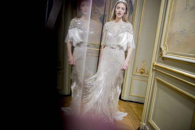 Có gì ở chiếc váy đính tới 12.000 sợi tua rua của Monique Lhuillier? - Ảnh 2.