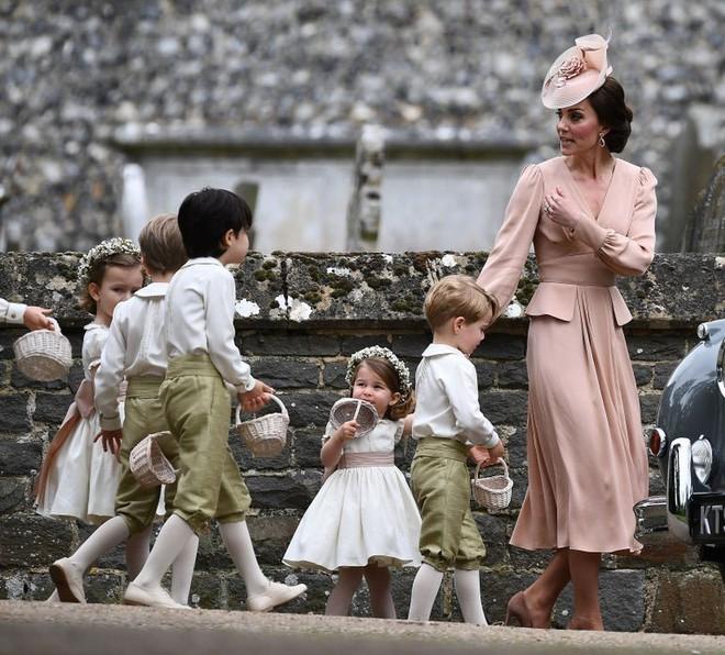 Đến dự sinh nhật tiểu Công chúa Charlotte, khi ra về khách mời được vợ chồng công nương Kate tặng món quà này - Ảnh 5.