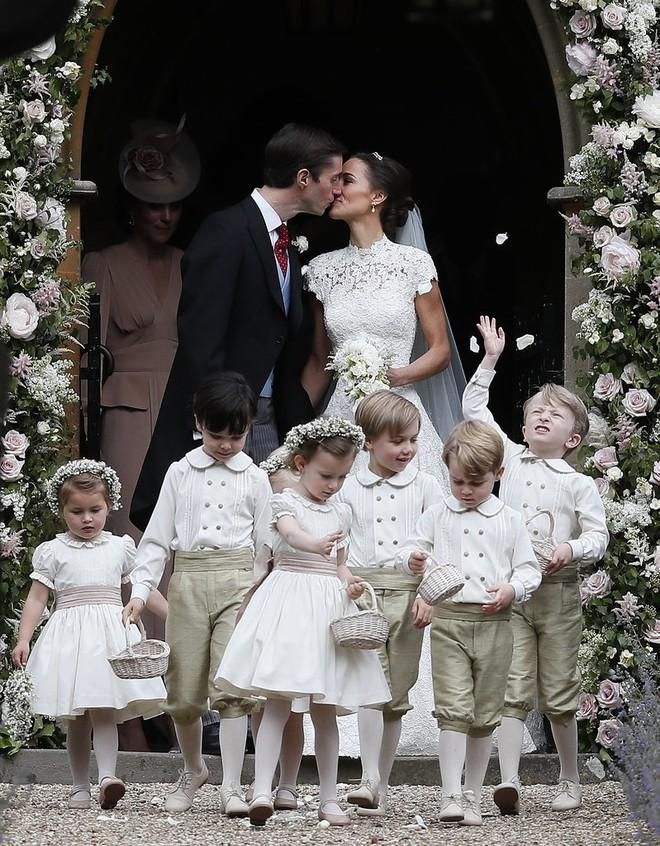 Đến dự sinh nhật tiểu Công chúa Charlotte, khi ra về khách mời được vợ chồng công nương Kate tặng món quà này - Ảnh 6.