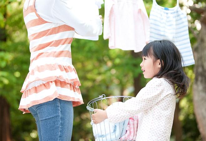 Muốn dụ trẻ làm việc nhà, bố mẹ nên biết cách này - Ảnh 1.