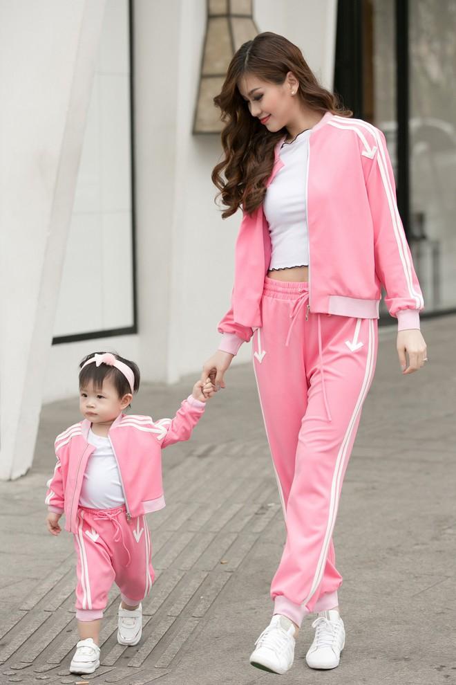 Vắng ông xã đại gia, Á hậu Diễm Trang diện đồ đôi xinh xắn cùng con gái - Ảnh 2.