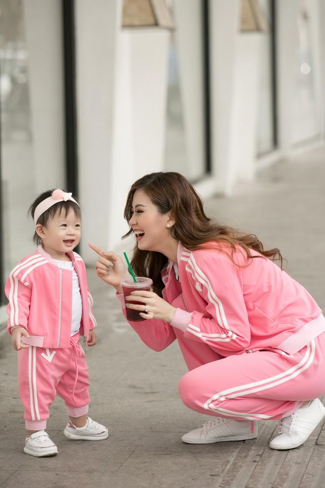 Vắng ông xã đại gia, Á hậu Diễm Trang diện đồ đôi xinh xắn cùng con gái - Ảnh 5.