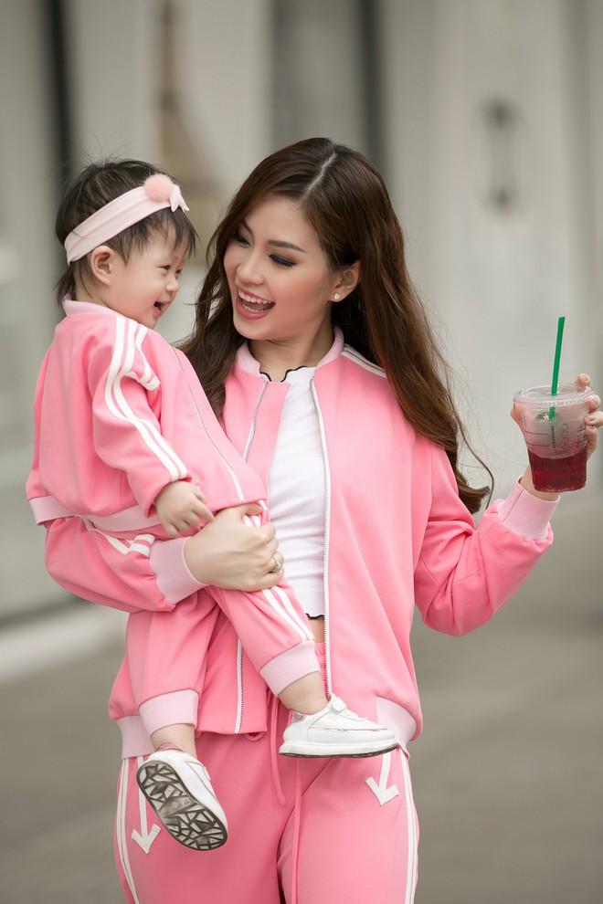 Vắng ông xã đại gia, Á hậu Diễm Trang diện đồ đôi xinh xắn cùng con gái - Ảnh 7.