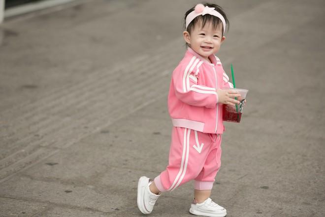Vắng ông xã đại gia, Á hậu Diễm Trang diện đồ đôi xinh xắn cùng con gái - Ảnh 4.