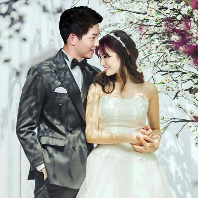 Song Joong Ki - Song Hye Kyo tay trong tay tình tứ đi mua sắm tại Paris - Ảnh 2.