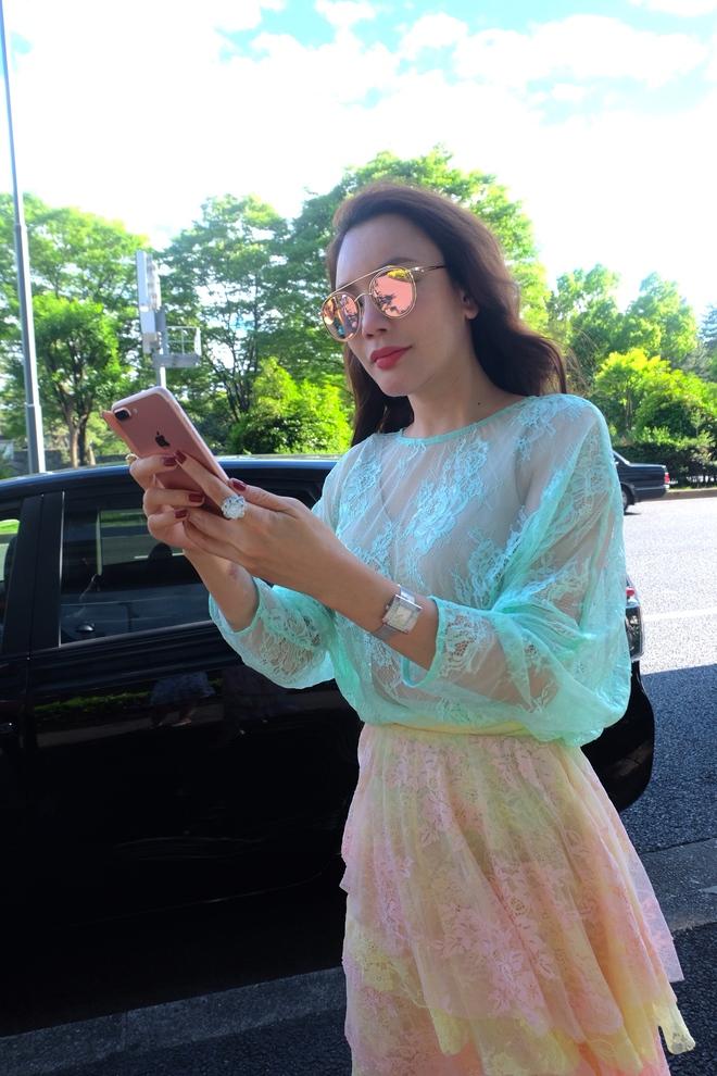Hồ Quỳnh Hương gợi cảm với váy ren xuyên thấu trên đất Nhật  - Ảnh 1.