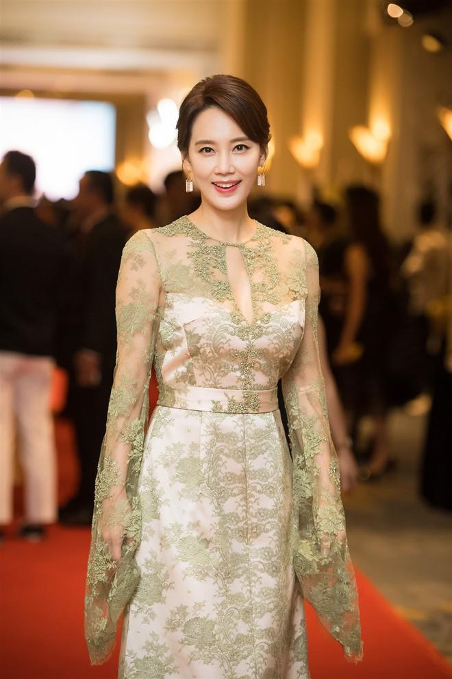 Mặc váy xòe quá to, Đỗ Mỹ Linh được cựu Hoa hậu Hàn giúp chỉnh trang khi chụp ảnh - Ảnh 5.