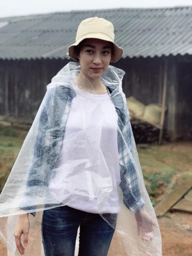 Ăn mặc xuề xòa, Hoa hậu Mỹ Linh vẫn tươi như hoa sau khi bị cô lập ở vùng bão Yên Bái - Ảnh 1.
