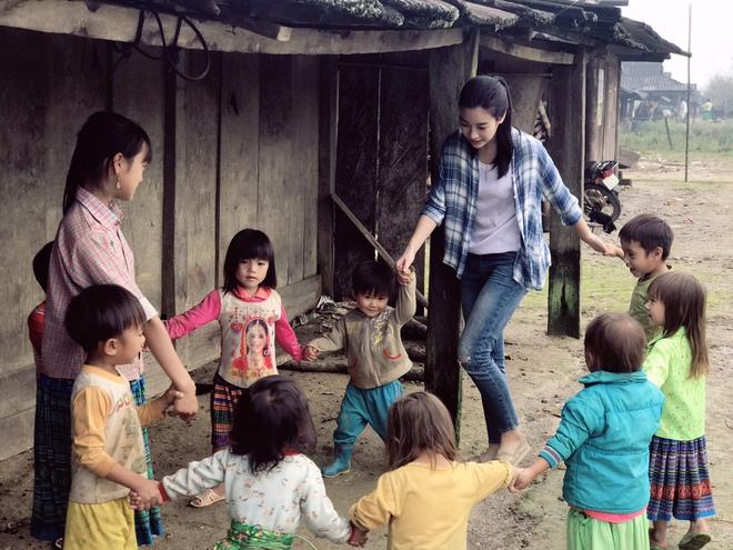Ăn mặc xuề xòa, Hoa hậu Mỹ Linh vẫn tươi như hoa sau khi bị cô lập ở vùng bão Yên Bái - Ảnh 7.