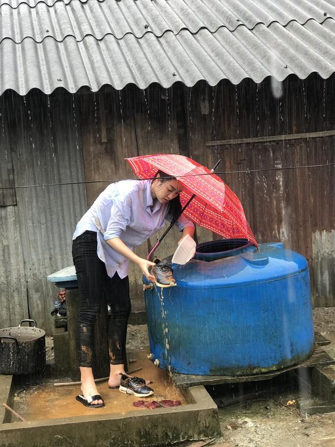Ăn mặc xuề xòa, Hoa hậu Mỹ Linh vẫn tươi như hoa sau khi bị cô lập ở vùng bão Yên Bái - Ảnh 5.