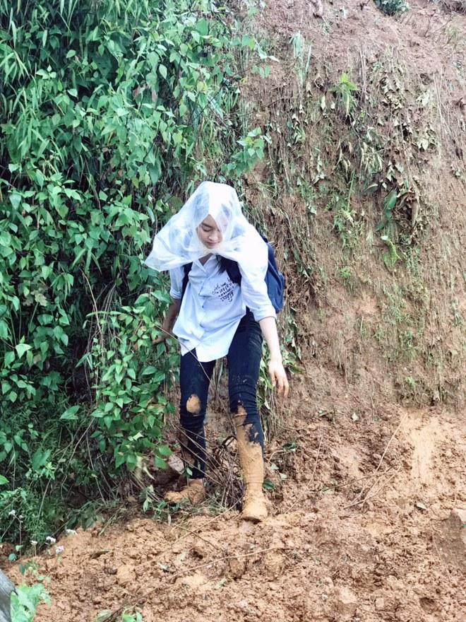 Ăn mặc xuề xòa, Hoa hậu Mỹ Linh vẫn tươi như hoa sau khi bị cô lập ở vùng bão Yên Bái - Ảnh 4.