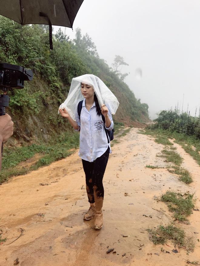Ăn mặc xuề xòa, Hoa hậu Mỹ Linh vẫn tươi như hoa sau khi bị cô lập ở vùng bão Yên Bái - Ảnh 2.
