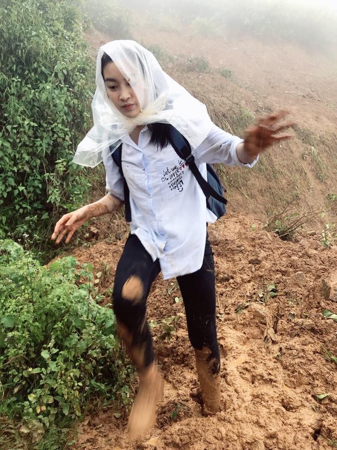 Ăn mặc xuề xòa, Hoa hậu Mỹ Linh vẫn tươi như hoa sau khi bị cô lập ở vùng bão Yên Bái - Ảnh 3.