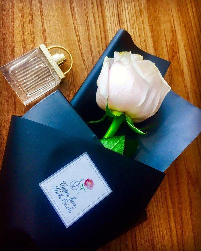 Chị em tới tấp khoe quà 20/10: hết vàng bạc hột xoàn, hoa lá, cua biển... đến xe ga, điện thoại hịn - Ảnh 6.