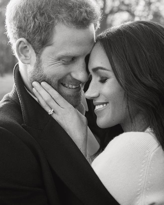 Hôn thê của Hoàng tử Harry diện váy hơn 1 tỉ đồng trong bộ ảnh đính hôn - Ảnh 4.