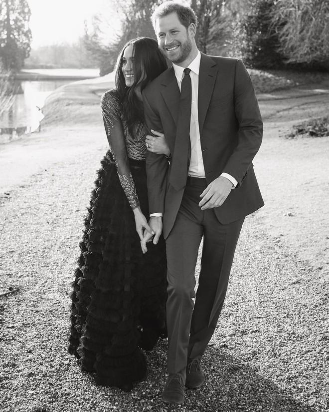 Hôn thê của Hoàng tử Harry diện váy hơn 1 tỉ đồng trong bộ ảnh đính hôn - Ảnh 2.