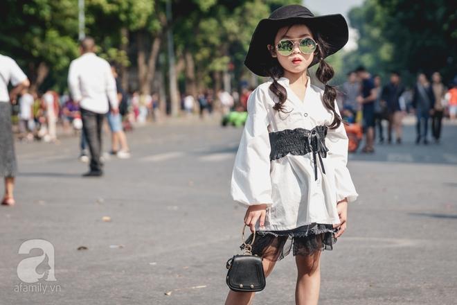 Vietnam International Fashion Week: Mới ngày đầu mà các nhóc tì đã đổ bộ xuống phố với street style chất phát ngất thế này - Ảnh 1.